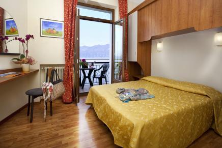 rooms overlooking lake garda   hotel merano, castelletto di brenzone  hotel merano